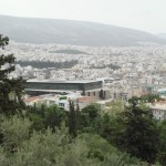 Στο βάθος το Νέο Μουσείο της Ακρόπολης